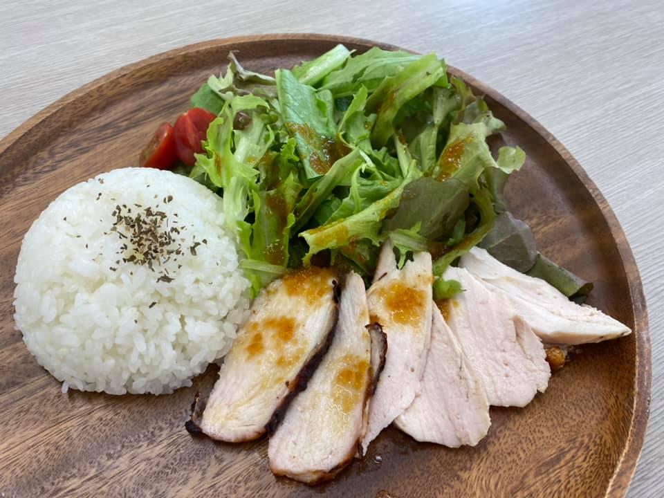 赤城鶏と北毛野菜<br /> ローストチキン丼 780円<br /> テイクアウトできます